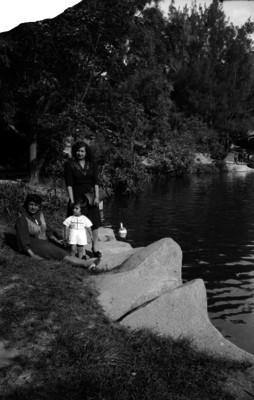 Mujere con su hija a la orilla del lago de Chapultepec, retrato