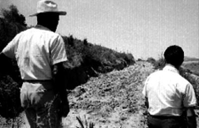 Campesino mostrando a un estudiante una zona de cultivo