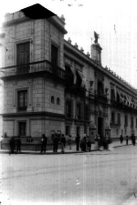 Gente frente a Palacio Nacional