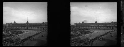 Vida cotidiana en el zócalo frente a Palacio Nacional