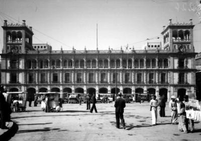Gente y transportes urbanos frente al edificio del Ayuntamiento