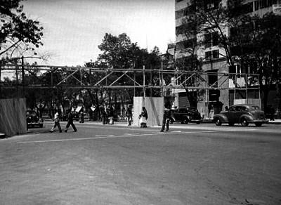 Construcción de un puente peatonal en Paseo de la Reforma