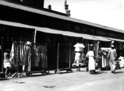 Puestos de ropa en un tianguis