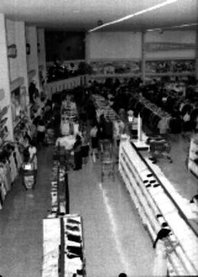 Gente en una tienda departamental