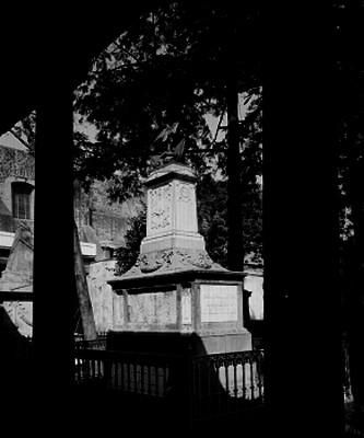 Tumba en el panteón de San Fernando