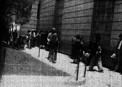 Familiares de presos, esperando en el jardín de la penitenciaría del Distrito Federal, durante la hora de visita