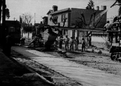 Hombres trabajando en la pavimentación de una calle