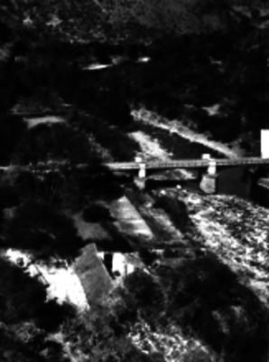 Puente que atraviesa un río, panorámica