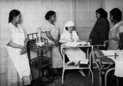 Enfermera atendiendo a mujeres durante la campaña de vacunación