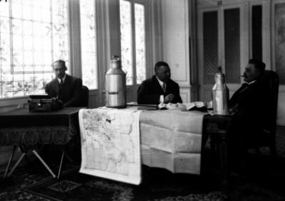 Hombres sentados frente a unos escritorios durante una campaña de salubridad