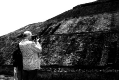 Turistas tomando fotografías a la Pirámide del Sol