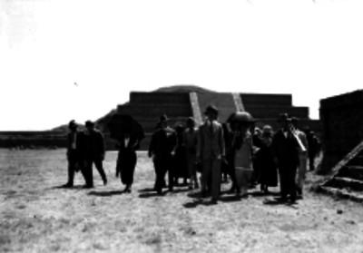 Pascual Ortiz Rubio y comitiva visitando en la Ciudadela