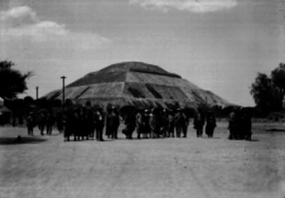 Pascual Ortiz Rubio y comitiva frente a la Pirámide del Sol