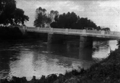 Puente que atraviesa un río