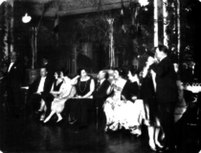 Gente de clase alta en un baile del estaurante Chapultepec