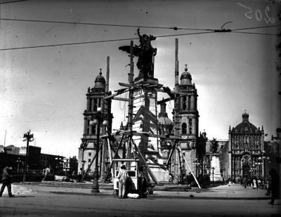 Trabajos de colocación de un de los Pegaso en un angulo de la plaza de la Constitución