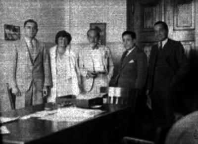 Abogados reunidos con otras personalidades en una oficina