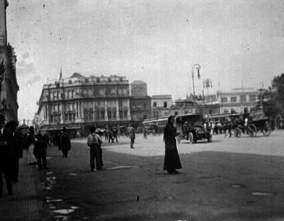 Personas caminando en la Plaza de la Constitución