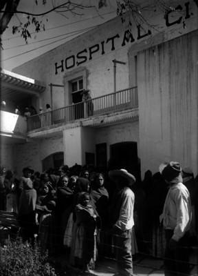 Gente de clase humilde esperando atención en un hospital