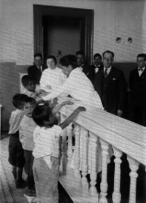 Niños recibiendo una vacuna