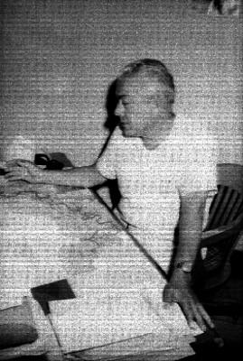 Funcionario del Comité Regional Campesino ante un escritorio