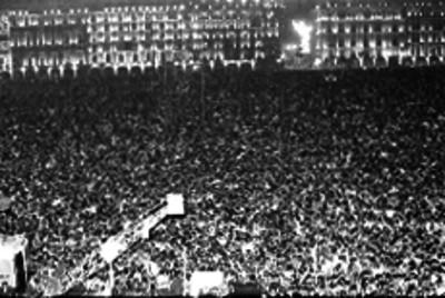 Multitud reunida en el zócalo, durante las fiestas de Independencia, toma nocturna