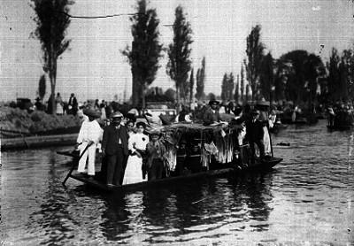 Gente a bordo de una trajinera, en Xochimilco