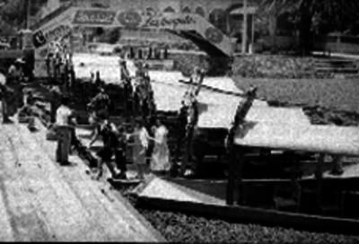 Excursionistas descendiendo de una trajinera en Xochimilco