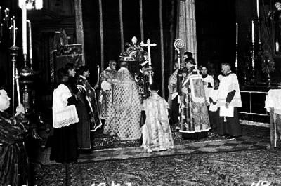 Jerarcas católicos oficiando una ceremonia religiosa