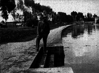 Hombre observando el canal de Santa Anita