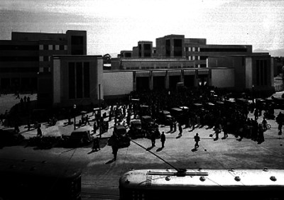 Gente en las afueras de la Escuela Revolución