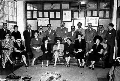 Funcionarios y mujeres en una oficina, retrato de grupo