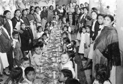 Una de las mesas de desayuno infantil en el jardín de niños de Ixtapalapa