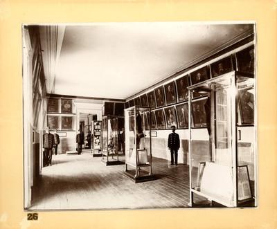 Empleados del Antiguo Museo Nacional en el Salón de los Virreyes