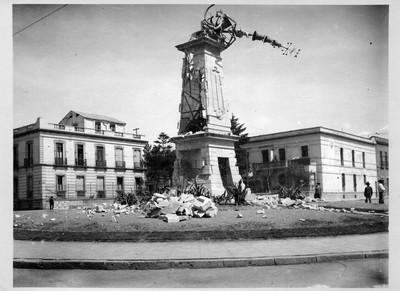 Reloj de la glorieta Bucareli derrumbado durante enfrentamiento militar en la Decena Trágica