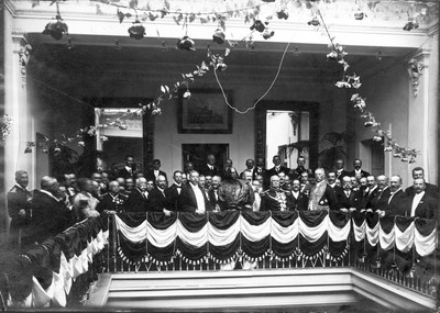 Porfirio Díaz y gabinete presidencial en balcón
