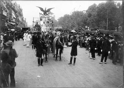Carruaje exhibe águila, simbolo nacional en el desfile