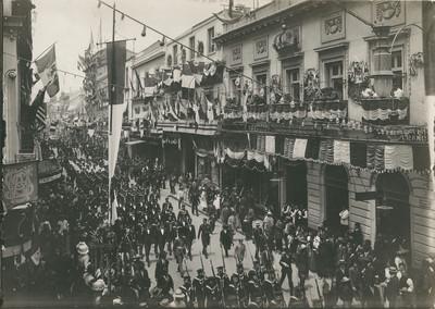 Marinos extranjeros desfilan por la avenida de San Francisco en las fiestas del Centenario de la Independencia