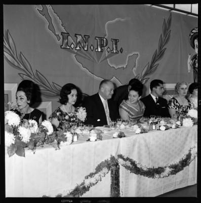 Eva Sámano, Eligio Esquivel y Luz María en la asamblea referente a la protección a la infancia en el hipódromo de Tijuana