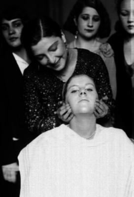 Maquillista arreglando a una actriz