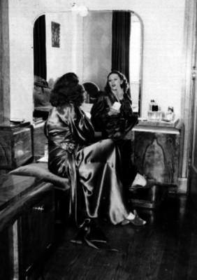 Mujer maquillandose en un tocador