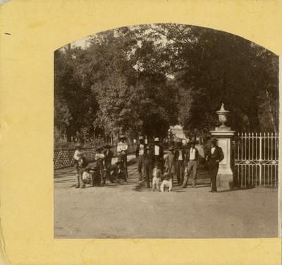 Hombres en la Alameda, retrato de grupo
