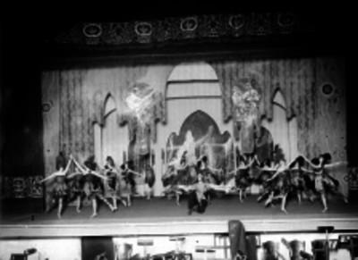 Bailarinas en una escena de un teatro