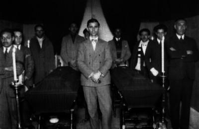 Hombres del ambiente teatral ante féretros en un velatorio