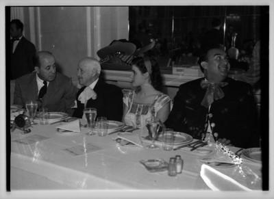 Carlos Rincón Gallardo y Romero de Terreros, acompañado de otras personas en un banquete