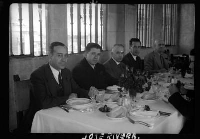 """""""Carlos Rivera"""" y otros hombres en un banquete, retrato de grupo"""