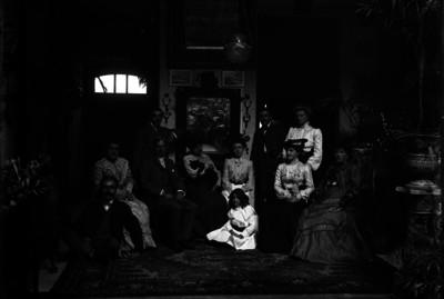 Familia en una sala, retrato