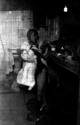 Mujer maquillandose en un vestidor