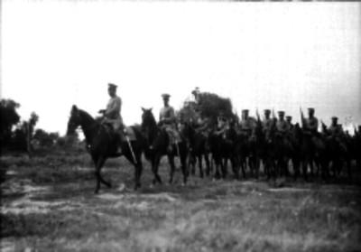 Militares a caballo en un campo
