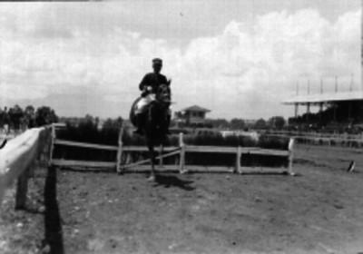 Militar realizando prácticas de equitación